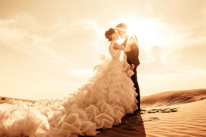 沙漠婚纱照图片
