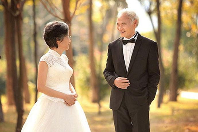 婚姻是人的这一称中非常重要的一件事情,作为父母看到自己的子女出嫁总是会非常的高兴。在参加子女婚礼的这一天,他们总是会着装打扮,今天中国婚博会小编就为大家带来高档中老年女装婚礼服。