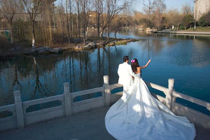 桂林这座城市是非常美丽的,很多人对这个城市都充满了向往,现在流行旅行拍摄婚纱照,今天中国婚博会小编就为大家带来桂林巴黎印象婚纱摄影怎么样?