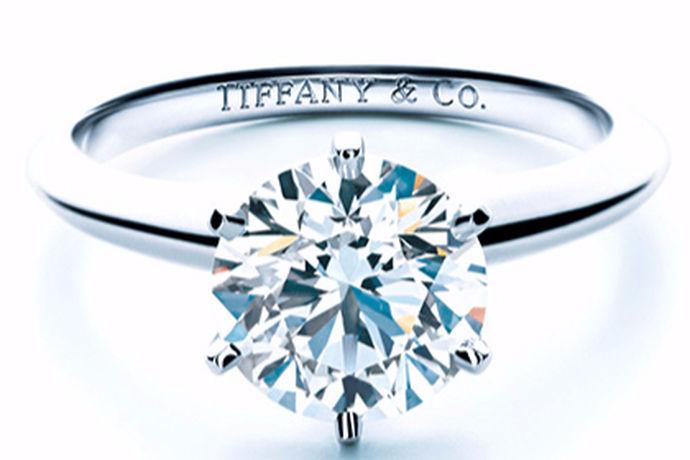 1、根据自己的预算选择4C等级比较高的钻石;2、选择合适的戒托材质,常见的戒托材质有铂金和18K金;3、根据自己的手型和喜好,选择合适的钻戒款式。4、选择比较知名靠谱的钻戒的品牌。
