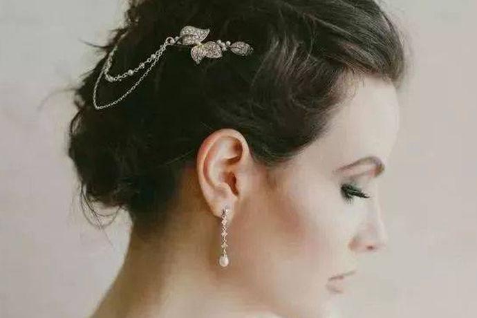 耳钉是一种时尚的金首饰,几乎每个女人都戴着。也有一些更时尚的男孩和英俊的男孩戴耳钉。下面是如何佩戴弯曲耳钉和怎么摘耳钉的简短介绍以及戴耳钉的方法图解。