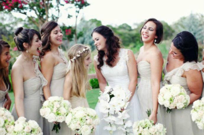 女方代表在婚礼上致辞,一般来说会让女方的父亲,母亲,或者是新娘自己上去致辞。致辞的过程中其实代表的是女方一家人,所以说的内容要得体,并且彰显出女方家庭的底蕴。婚礼上的致辞是最为有人情味的环节,在这样的环节中往往会有很多的笑与泪。