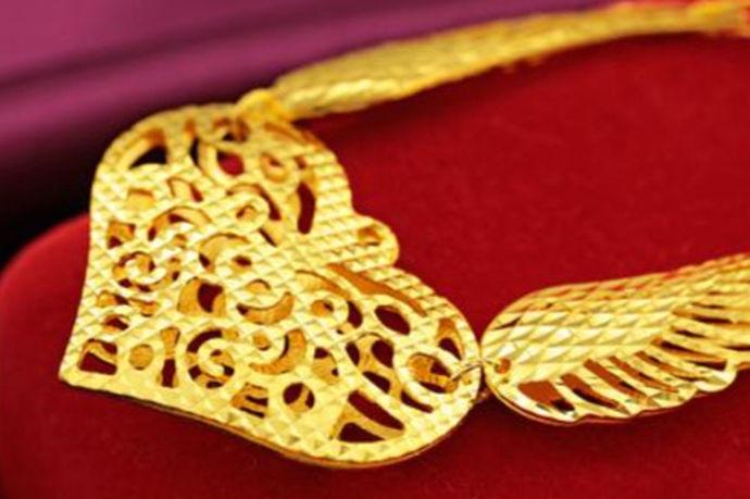 黄金是罗马神话中的黎明,是曙光的意思。它的Au化学符号也取自罗马神话中的欧若拉,说明了人们对黄金的重视和珍惜。黄金在中国古代也有很高的地位,因为黄金等贵金属在中国很少见,是比较稀有的。所以黄金一直是强国的财产,也是财富和地位的象征。但是现在黄金没有限制,只要你想要,你有钱,你就可以拥有它。但是,你知道万足金9999多少钱一克吗?