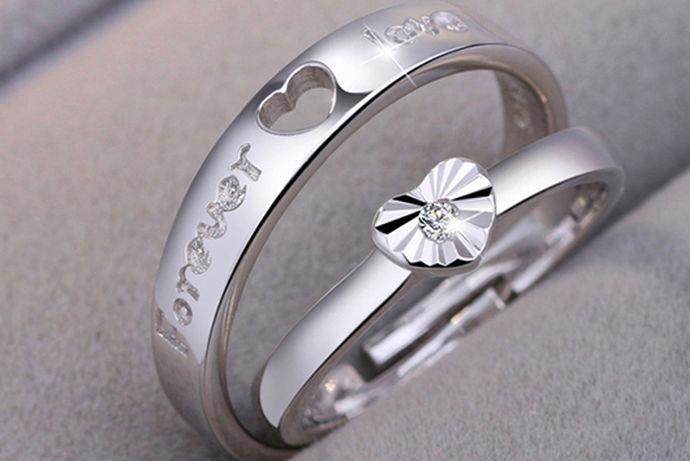 银本身是一种很低调的材质,它既没有很张扬的色调,也没有很丰富的内涵,但是他也闪耀着独特的光芒,银的化学符号是Ag,这个符号来源于阿拉丁文,翻译成浅色明亮的意思,因为其独特的个性,它也是深受广大消费者的喜爱,虽然它不是什么很奢华的材质,但是我们也会经常看见很多人佩戴银手镯或者是银耳钉等银饰品,随着人们对银的提炼和锻造技巧的越来越熟练,市面上出现了一种叫做千足银的银材质,千足银多少钱一克2020?
