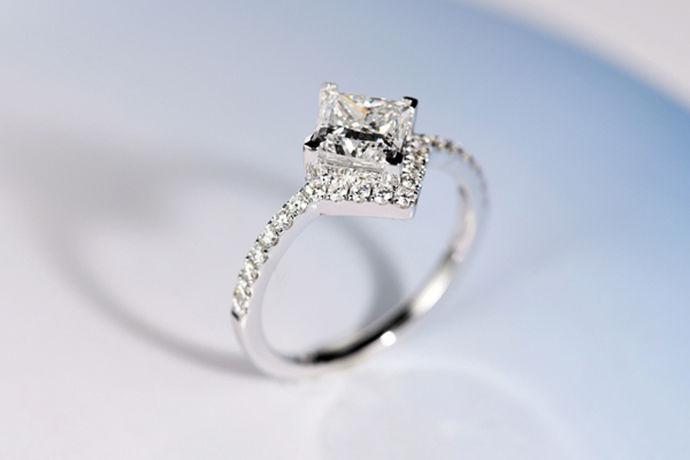我们都知道对于现在的人来说,钻石戒指是非常有吸引力的。很多女孩子在生活中都希望能够拥有一枚自己的钻石戒指。今天中国婚博会小编就为您带来钻石一克拉多大。
