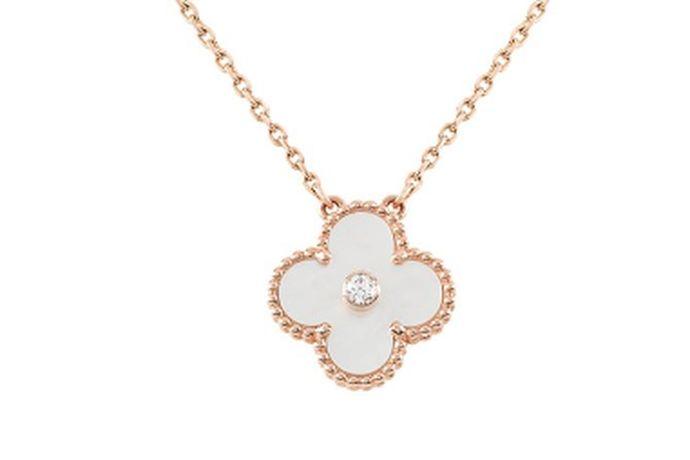 珠宝对女性来说是一个非常美丽的名词。珠宝的作用总是非常重要的,生活中我们会用珠宝来搭配我们的衣服来修饰自己。那么,你知道中国的珠宝品牌有哪些吗?什么珠宝品牌更好?