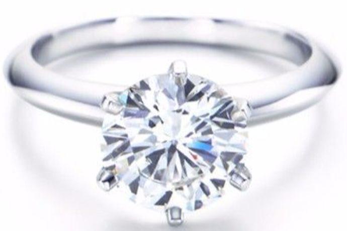钻戒在当代生活中是年轻人比较喜欢的一个首饰。一般在结婚的时候,年轻人都会选择买一个钻戒。那么你知道钻戒买品牌好还是定制好吗?今天中国婚博会小编就给大家介绍一下。