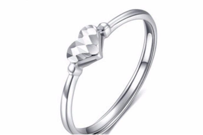 每一个人在生活中都会根据自己的喜好来选择适合自己的戒指佩戴。在当今的市场中比较受欢迎的就是白金材质的戒指,今天中国婚博会小编为您带来白金戒指女款图片2020。