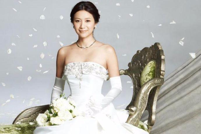 在人生的旅途中,结婚是人们必然的事情。大部分的人都会走进婚姻的殿堂,而在走进婚姻殿堂之前为了留下这一刻珍贵的回忆,很多新人在结婚之前都会去拍摄自己的婚纱摄影照片。今天中国婚博会小编就为大家带来2020婚纱摄影风格图片。