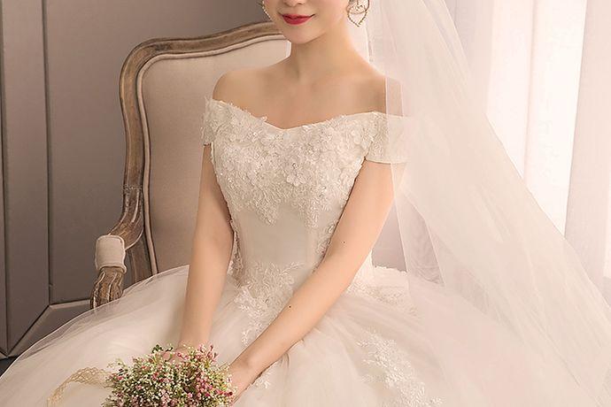 结婚当天新娘需要几套婚纱,具体要根据婚礼的流程来决定。一般来说至少要一套婚纱作为出门纱和仪式纱,一套晚礼服或旗袍作为敬酒服。当然也可以将出门纱和仪式纱分开,再加上敬酒服就是三套礼服。