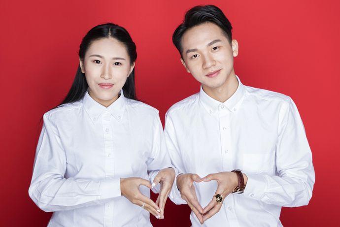 在拍摄结婚证照片的时候,每个人心中都会存在一定的疑问,那就是对于结婚证上的照片应该是多大的尺寸?今天中国婚博会小编为您带来结婚证几寸照片。