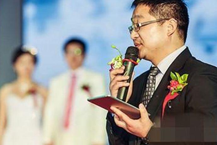 在举办婚礼的时候,新人会请相关的婚礼策划公司。婚庆公司一般都会给新人寻找一个比较不错的婚礼主持人。今天中国婚博会小编就为大家带来婚礼主持人多少钱?