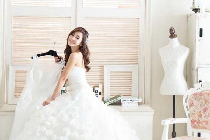 不同的人对于婚纱摄影有着不一样的标准,每一个人都希望自己能够有一套比较好看的婚纱照。今天中国婚博会小编就为大家带来5套衣服的婚纱照多少钱?