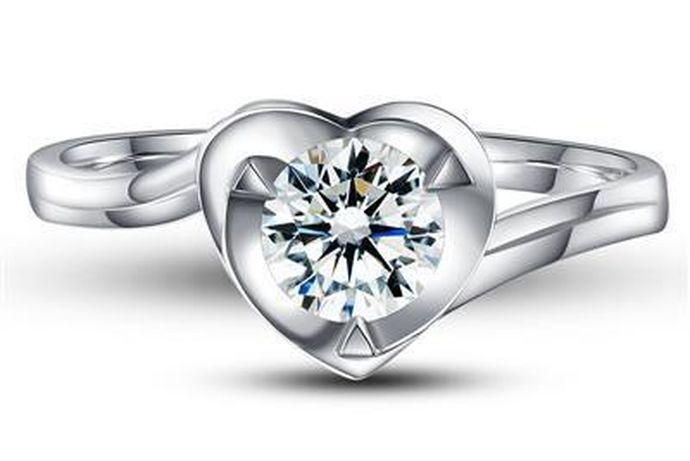 钻石戒指在当地的市场中受到了广大消费者的热烈追捧。如果你想拥有一枚自己的钻戒,那么就赶快行动起来吧,接下来中国婚博会小编就为你们带来一般50分的钻戒多少钱?