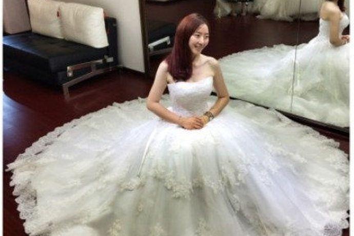 随着时代的发展,很多人在结婚的时候会购买一套漂亮的婚纱,那婚纱的价格是多少呢?不同材质的婚纱价格也会有所差距。今天小编要给大家介绍的是lamoon婚纱,lamoon婚纱一般多少钱?快来和小编一起了解一下吧。
