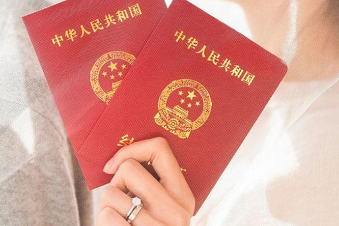 如果说想要成为中国的合法夫妻,那么就一定要去办理结婚证的,那么今天中国婚博会小编就为大家带来结婚证的相关介绍。如果说你想了解更多的详细内容,就看看接下来小编为你们带来的结婚证件照的要求。