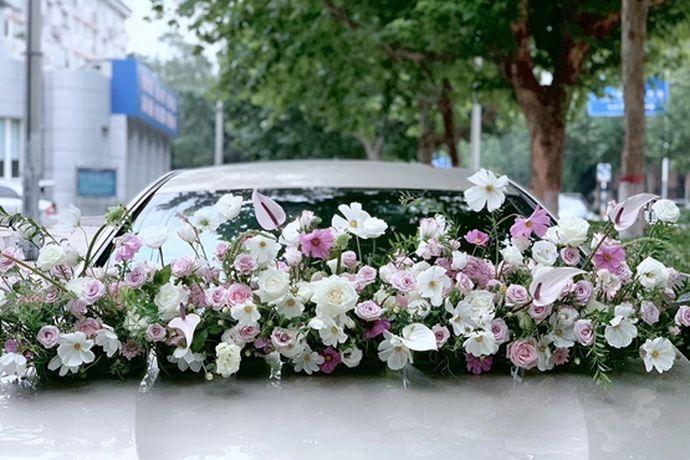 很多人在结婚的时候都会把自己的婚车装饰得很美丽,因为婚车在很大一部分上决定婚礼是否举办的隆重,一般来说6辆婚车形成的车队可以说是非常气派的,婚车装饰的价格与选择装饰商家也有一定的关系,那么6辆婚车装饰一般多少钱呢?接下来就和小编一起去了解一下吧。