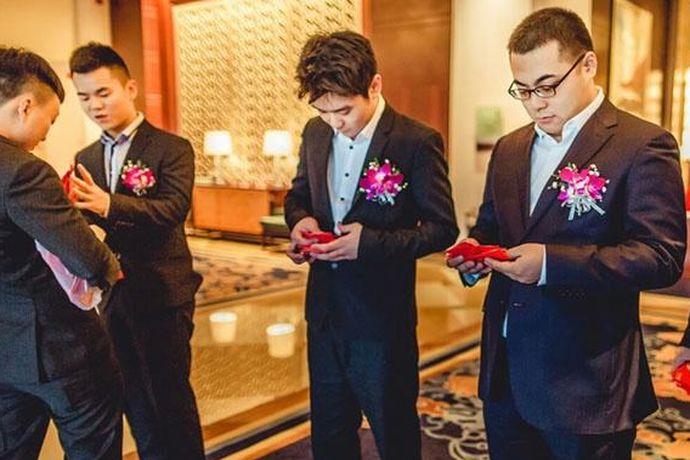 结婚对于每一个人来说都是非常重要的事情,在结婚的那一天是有非常多的步骤,需要完成的,对于伴郎来说也是有非常多,需要伴郎完成的事情,伴郎需要做什么及对伴郎有什么要求,大家如果感兴趣的话,就和中国婚博会小编一起看下去吧!