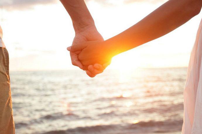 你们从年轻时认识,然后相恋,结婚,然后一步一步走向美好婚姻生活。我相信大家都听说过,婚姻有七年之痒,也就是结婚后的第七年的时候,人们会觉得婚姻生活的日益平淡规律而感到无聊和乏味,这个时候你们的婚姻生活就会面临一次大考验。如果能够成功的度过了这个时期, 通过这个阶段的考验,那么以后你的婚姻生活相对来说就会更加稳定幸福。