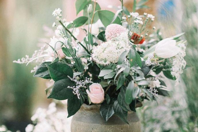 结婚婚庆通常包括婚礼舞台的布置、婚礼流程策划、婚礼司仪、婚礼摄影摄像和婚礼婚车等服务。