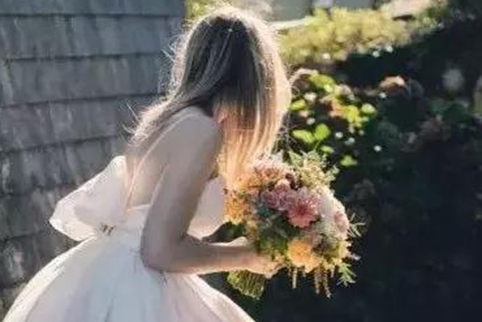 确定婚期的时候就要去挑选喜欢的婚纱了,对于婚纱的选择,大家也是非常谨慎的,所以很多人都想要了解香槟色婚纱好看吗及选择婚纱工作室的时候应该注意什么,大家如果感兴趣的话,就和中国婚博会小编一起看下去吧!