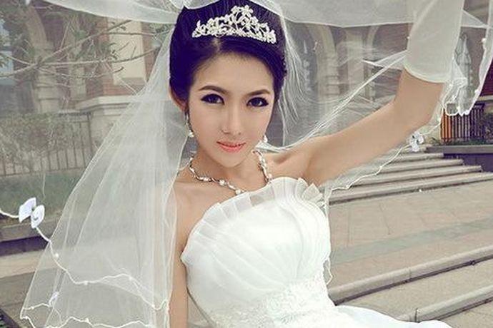 在婚礼之前必须要进行的一个步骤,就是购买婚纱了,购买婚纱一直是很多女性的梦想,在自己婚礼当天穿的像一个公主出嫁,所以很多人都想了解婚纱在哪里买及选择婚纱工作室要注意什么,大家如果感兴趣的话,就和中国婚博会小编一起看下去吧!