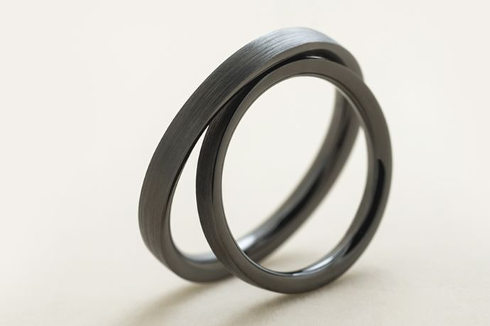 目前主流的戒指尺寸中只有国内内地戒指尺寸标准和港版戒指尺寸标准中有20号戒指。在内地版戒指尺寸标准中,戒指20号对应的戒指周长为60mm,直径为19.1mm,为男性戒指尺码。在港版戒指尺寸标准中,戒指20号对应的戒指周长为61mm,直径为19.4mm,为男性戒指尺码。