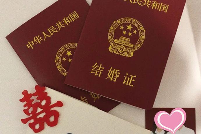 领结婚证是需要身份证的,还需要本人的户口簿、本人无配偶以及与对方当事人没有直系血亲和三代以内旁系血亲关系的签字声明。还需要三张两寸双方近期半身免冠合影照,也可以在婚姻登记处的现场拍摄。