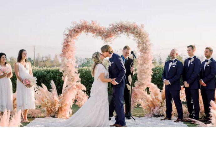 婚礼司仪、摄影师、摄像师和化妆师被人们称为婚礼的四大金刚。其中,婚礼司仪是结婚当天把控婚礼现场氛围、感染来宾情绪的关键人物。所以,新人在选择婚礼司仪一定要谨慎。