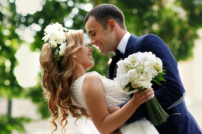 在中国传统习俗中,新人的婚礼日期一般都是经过精挑细选的,但是每个月的良辰吉日却屈指可数。像每年的5、6、9、10月是结婚旺季,因为这几个月气候、温度适宜,基本不怎么会出现极端恶劣的天气,而且举办草坪婚礼的新人也大都选在这几个月,婚礼整体呈现的效果会比较好。但扎堆在旺季结婚同样会遇到很多问题,比如酒店档期订不上、好的策划师不好选、四大金刚人员涨价等。