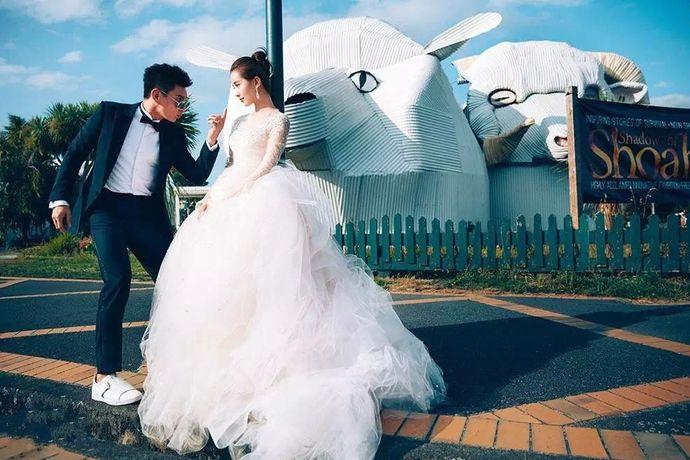 婚礼怎么办才能特别又不落俗,对于追求个性的90后而言可是个难题。按照传统的模式,一般婚礼都是在室内举办,顶多是在婚礼主题和游戏环节上多花些心思,再不然就是翻唱歌曲,新意寥寥。