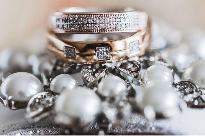 戒指作为新娘手上的装饰品以及代表爱的信物,它的形状和颜色可是大家时刻关注的动态。尽管已经小心翼翼,但很多人在佩戴戒指的时候会不小心在外力的影响下使戒指变形。