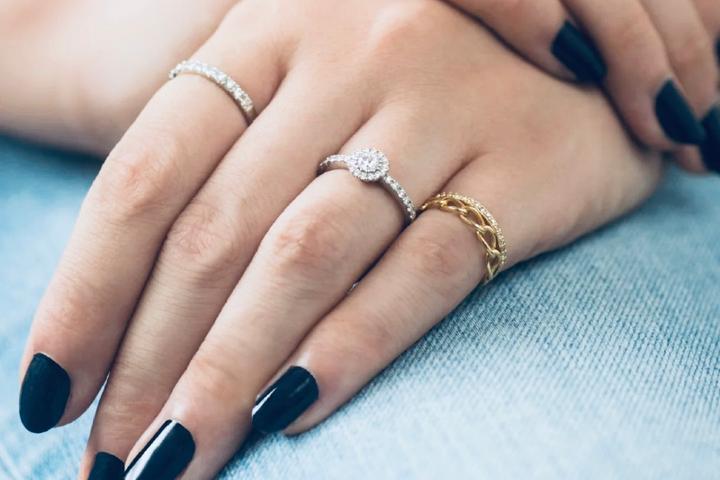 小拇指戴戒指是什么意思