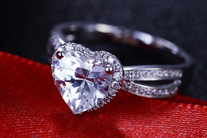 求婚戒指可以结婚用。求婚戒指是男生送给女生的戒指,用来确定女方结婚的意愿,多是一枚女士钻戒,戴在女士中指上。有些新人在结婚时因为预算不足或者其他原因,也会用求婚戒指作为女方的结婚戒指,而男方只需再另外购买一枚男戒就可以了。