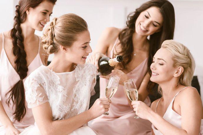 举办一场盛大的婚礼是每个女孩的梦想,现代婚礼不仅充满了浪漫的元素,也充满着各种各样的搞笑,幽默因素,比如我们常见的婚礼上的堵门环节。里面的伴娘听着这些开场白台词大家一定都听说过,下面小编就给大家盘点一下堵门游戏中,伴郎在喊出里面的伴娘听着的台词有哪些?