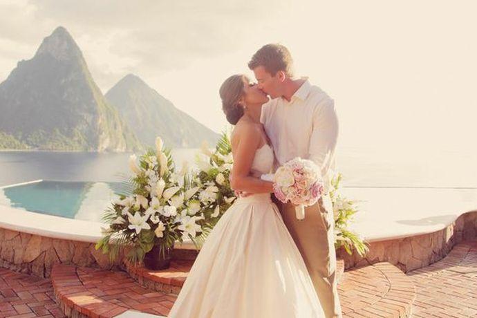 婚纱照是为了定格新人在爱情中最美好的模样,每个人都希望自己的婚照是浪漫又独特的,那么去哪儿拍婚照好看呢?拍摄地的风景一定要符合两个人的喜好,又或者是心目中拥有独特回忆的地方。下面婚芭莎小编就给大家推荐几个拍婚纱照好看的地方作参考。