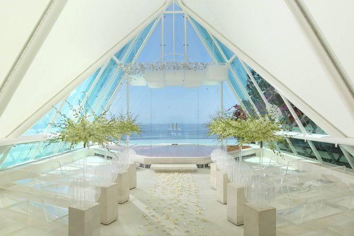巴厘岛阿曼达教堂婚礼是非常不错的选择,就比如说里面的宝格丽度假酒店,这是一个超级美丽的酒店,而且也是极具有热带风情感觉的旅游胜地,在这里我们看到了令人惊叹的自然美景风格。在这个地方举办婚礼真的特别好。