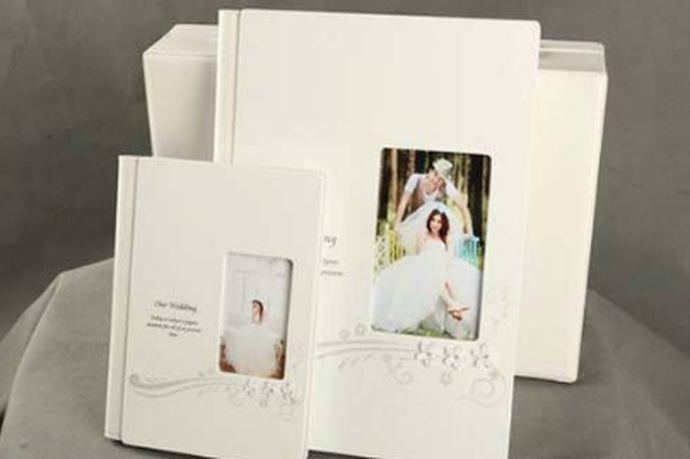 现在人们结婚的时候都会选择拍摄婚纱照来纪念两个人的爱情,婚纱照对结婚的夫妇有着不凡的意义,所以婚纱相册的材质也非常的关键,好的婚纱相册材质可以更长远地保存婚纱照。接下来小编就给大家具体来说一说婚纱相册什么材质好?一起来看一下吧。