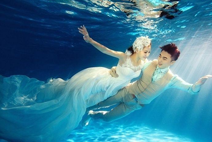 现如今水下婚纱摄影也是婚纱摄影中一种非常新颖的婚纱照形式了,虽然很多人都会特意去美丽的海滩边或是婚纱摄影机构水下拍摄区域拍摄水下婚纱照,那么水下婚纱照怎么拍成的?那接下来中国婚博会小编对大家具体说一下吧。