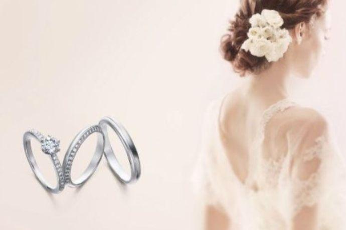 求婚和结婚时,买一枚戒指已经是如今社会的一种标准行为。但是两种却是有所不同的,结婚更适合买对戒,而求婚则适合买钻戒。那对戒和钻戒究竟有什么不同呢,佩戴方法的区别又在哪呢?