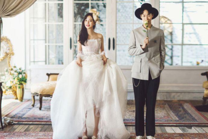 第一次拍婚纱照,很多新人对行情都不了解,一般拍一套婚纱照到底要多少钱呢?比如在广州,如果选择本地拍摄价格在5K-1W左右,选择国内旅拍价格在8K-1W左右,国外旅拍价格一般在1.5W以上。其实影响婚纱照价格的因素有很多,品牌、拍摄地、风格、婚纱礼服、套餐参数等等,那么选婚纱摄影机构的时候,除了考虑以上因素外,还需要注意以下7个细节,避免二次消费,一起来看看吧。