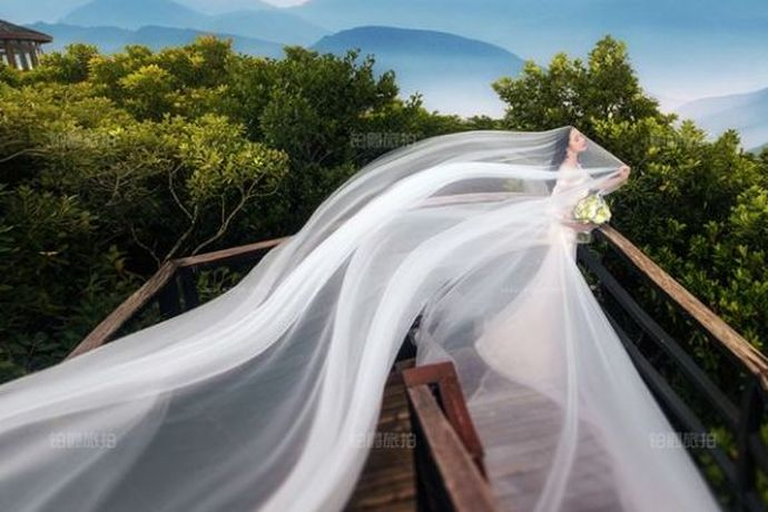 因为婚照是新人珍贵的纪录,所以大多数人会选择到三亚进行婚照的拍摄。但是去三亚拍照需要多少钱呢?为了帮助大家多了解一下三亚婚照行情,下面就一起看看去三亚拍婚纱照费用多少,看看三亚婚照价格是否在大家接受范围内。