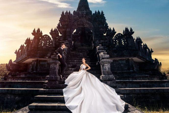 """旅行拍婚照渐渐成为流行趋势,越来越多的新人选择旅行拍婚照。旅行拍婚照又分为国内和国外,国内旅拍价格相对国外的要便宜些,前期准备和花费时间上都比国外要少些。即便如此,还是越来越多的新人选择国外拍婚纱照。巴厘岛,是世界著名旅游岛,景物绮丽,万种风情,被称为""""天堂之岛"""",成为了海外拍摄的首选地点!下面婚芭莎小编就带大家一起了解下巴厘岛旅拍婚照一般需要多少钱。"""