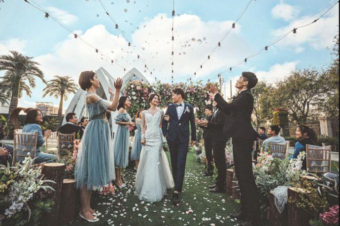 一站式会所基本是包含订婚开始,到婚礼仪式结束所有事情一站全包,对于现在生活节奏如此之快的年轻人来说,真的节省了很多时间和精力,那北京比较好的一站式婚礼会所有哪些呢,跟婚芭莎小编一起细数一下吧。
