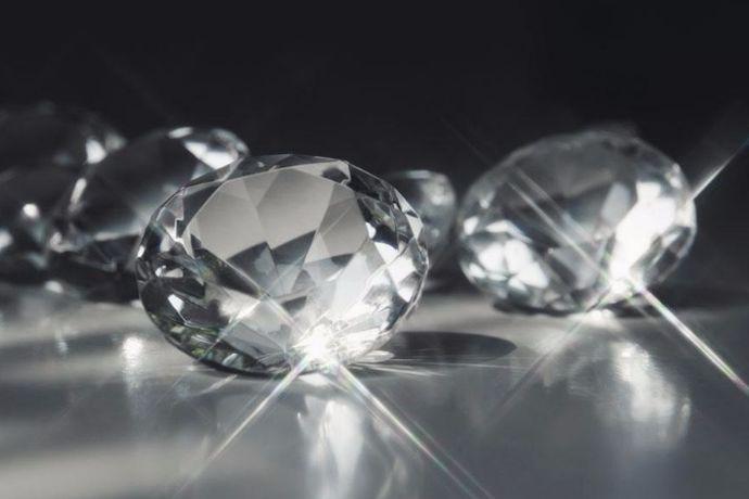钻石是不管哪个年龄段的女人都追求的东西,它不会随着时间而被替代。有的人觉得选钻石越大越贵的好,其实不然。一定要谨记的一条是看4C,所谓4C就是颜色、克拉、净度、和切工。其中,各色宝石都有,所以颜色也是很多人所关注的一点。你知道钻石颜色级别都有哪些吗?下面就让婚芭莎小编来介绍介绍吧。