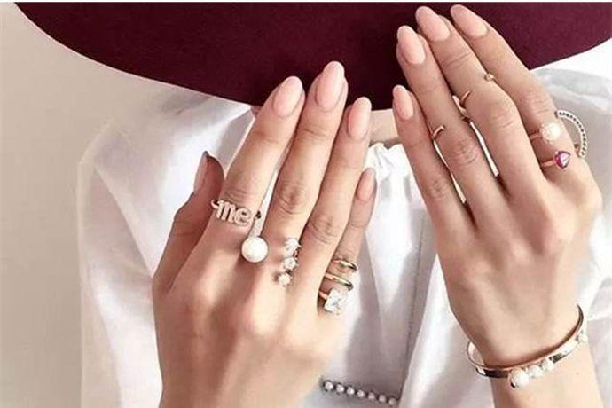 一般来说戒指均佩戴在左手,一方面是因为在西方文化传统中,左手是被上帝亲吻过的手,能带来好运。另一方面是因为我们在日常生活中习惯了右手做事,左手戴戒指不仅方便我们生活和工作,同时也能减少戒指的磨损。