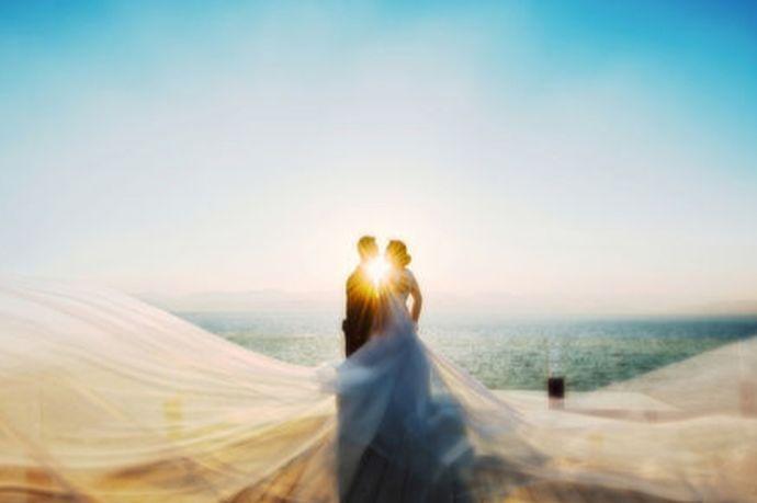 虽然现在选择旅拍婚纱照的新人越来越多,但由于要前往的是一个从未去过的地方,新人对当地的情况未必全然了解,为了避免在旅途中出现不愉快的情况,新人应该在事前为旅拍做好充足的准备,保证旅途的安全顺利,也可保障婚纱照拍摄的质量。为此,小编整理了一份旅拍前需要准备的物品清单,可以为新人在旅拍过程中遇到的情况和问题提供参考。