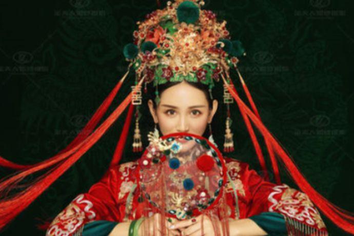 现在越来越多的新人拍婚照都想与中国风相结合,国潮中式近几年也逐渐成为一种流行风格!但中式婚照拍出来的大多就是是大红大紫的秀禾服拍摄出来的,就像流水线生产出来一样,没有个性。今天小编就来从6个方面讲一下怎么拍摄出具有时代记录,又个性的中式婚纱照!