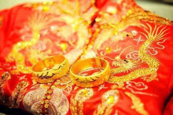 现在流行的趋势是复古,凤冠霞帔的中式婚礼又开始受大众年轻人的喜爱,这一类的服装更加能表现出东方特有的喜庆和新娘的古典韵味。那么,对于喜欢中式礼服的新娘来说,要想能够将中式礼服的味道表达出来,必须要学会了解中式礼服的搭配技巧。