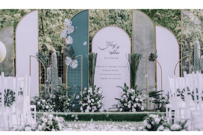 一站式婚礼会所包含婚礼酒店宴席与婚礼场景布置和婚礼仪式需要的人员。简单来说,搞定你婚礼所有。那天津比较好的一站式婚礼会所有哪些呢,跟婚芭莎小编一起细数一下吧。